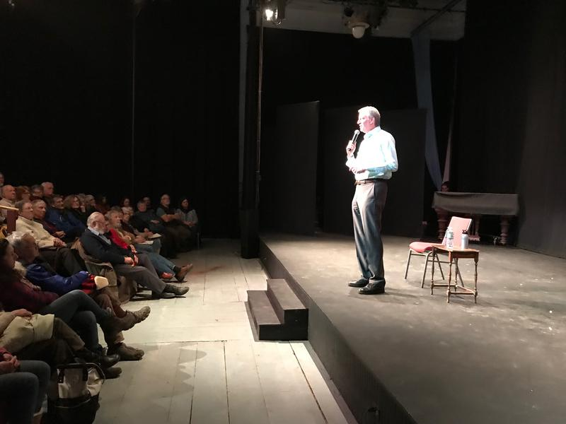 De Blasio addresses an audience in Eastport.