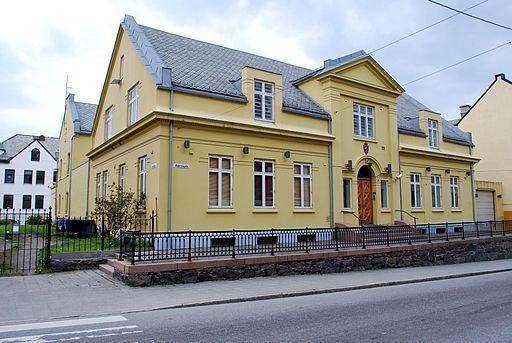 https://commons.wikimedia.org/wiki/File%3AAlesund_Fengsel_-_Kipervikgata_16.jpg