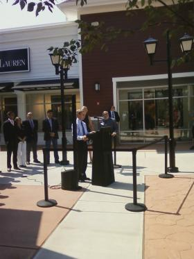 Governor Lynch speaks to a small crowd at the Merrimack Outlet mall