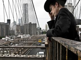 Luzer Twersky on the Brooklyn Bridge