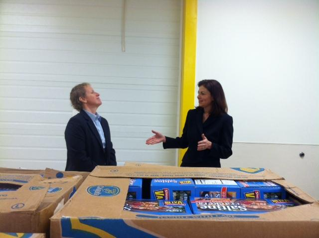 Mel Gosselin, executive director of the New Hampshire Food Bank, talks with Sen. Kelly Ayotte.