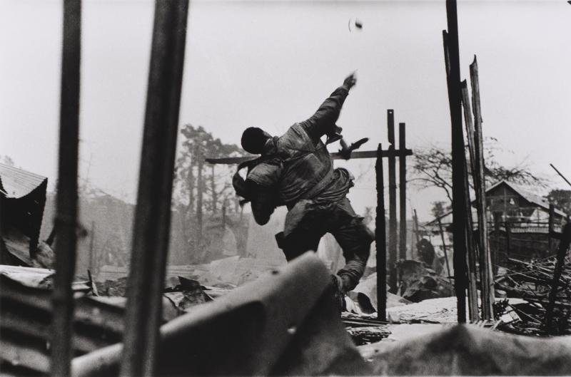 Grenade Thrower, Hue, Vietnam, 1968 (printed later), gelatin silver print, 20 x 24 in. Currier Museum of Art, Manchester, NH.