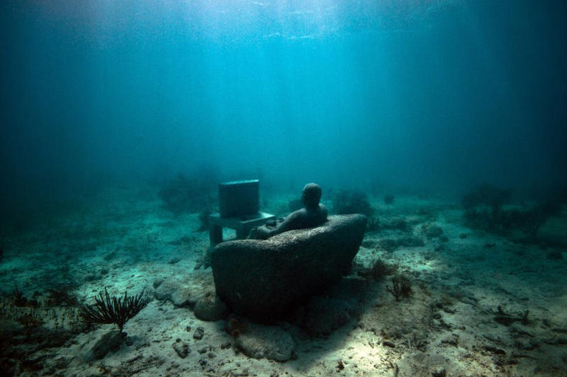 An underwater sculpture called Inercia by Jason Decaires Taylor