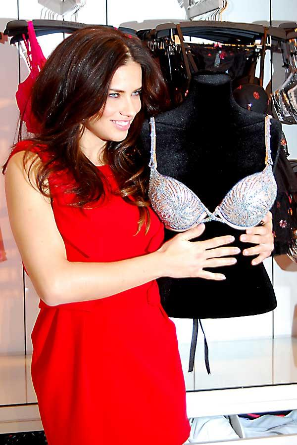 Adriana Lima at Victoria's Secret, Woodfield Mall Store, Schaumburg, IL, USA, with Million Dollar Fantasy Bra by Jeweler Damiani, valued at $2,000,000