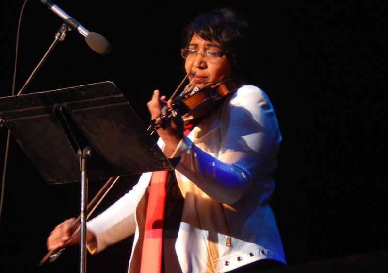 """Candy Carson played """"Silent Night"""" on the violin."""