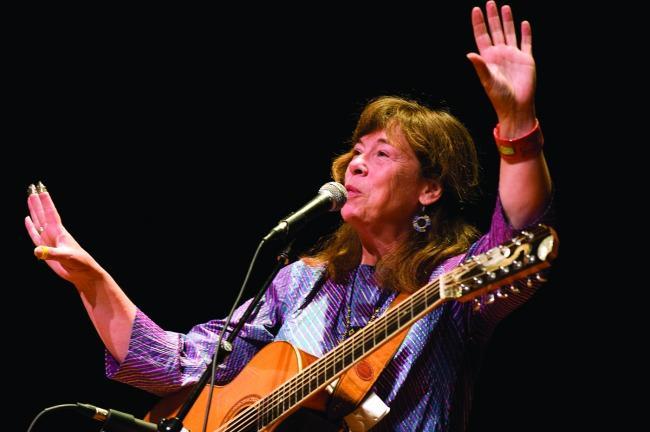 Claudia Schmidt in concert.