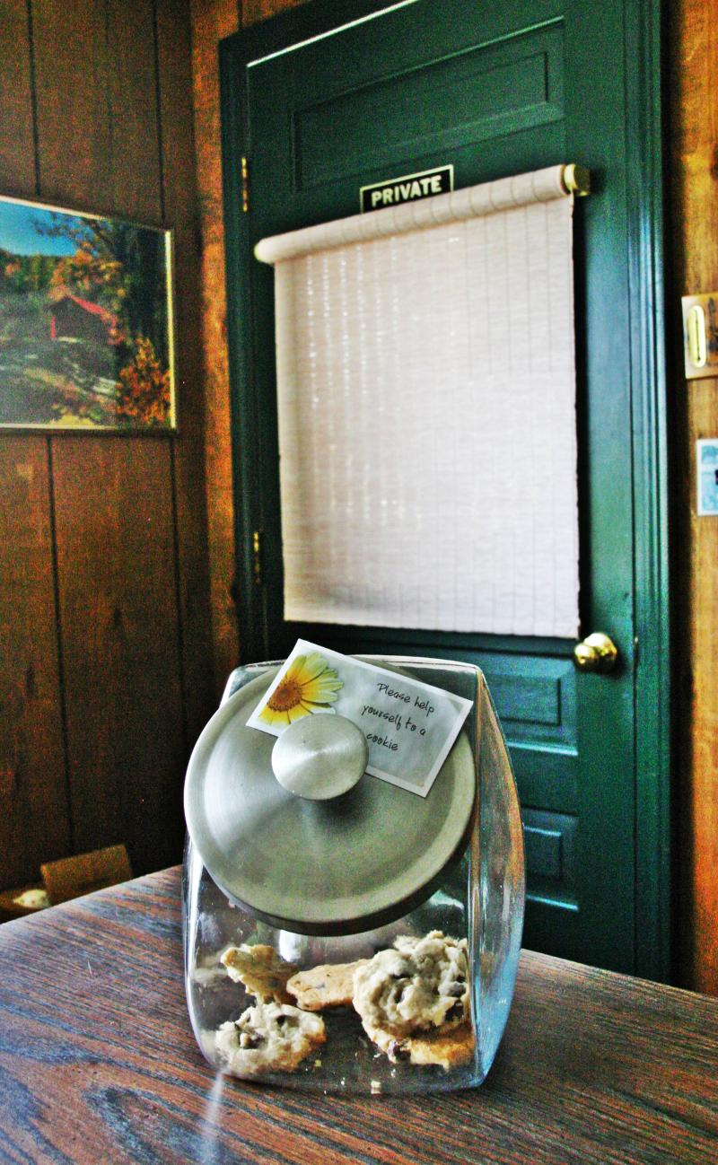 At the Profile Deluxe Motel inn Twin Mountain there's a cookie jar on the counter and owners who live on the premises.