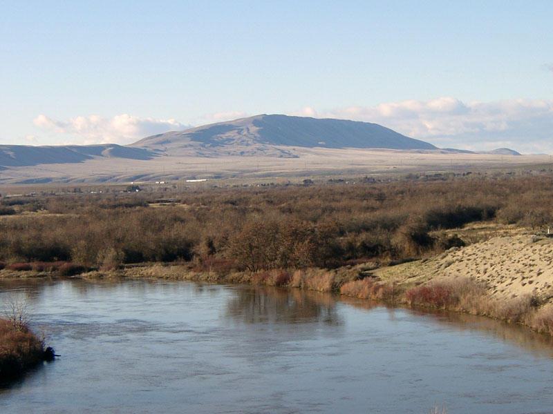 https://en.wikipedia.org/wiki/Rattlesnake_Mountain,_Benton_County,_Washington#/media/File:RichlandWaRattlesnakeYakima.jpg