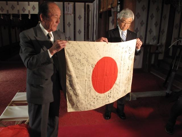Obon 2015 located several elder brothers of the fallen soldier. A nephew, left, accepted the flag on behalf of the family at Yamanashi Gokoku Shrine last year.