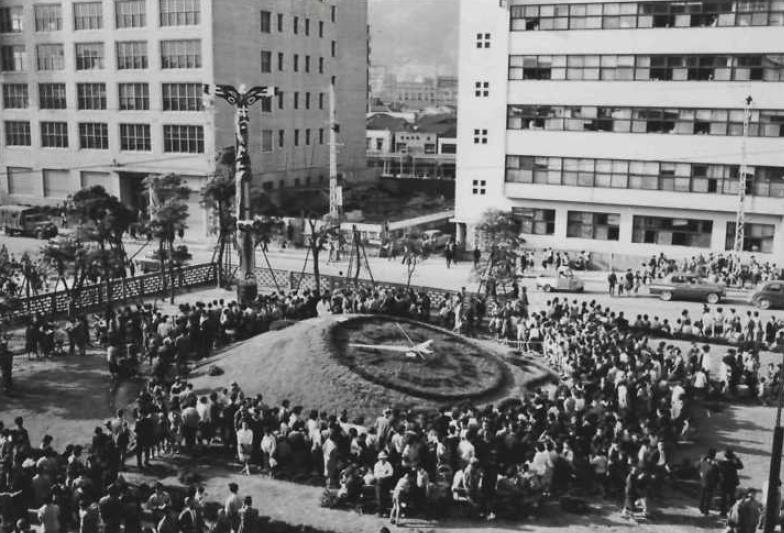 A crowd of people watched the dedication of the Kobe-Seattle Sister City Friendship Pole in Kobe, Japan in 1961.
