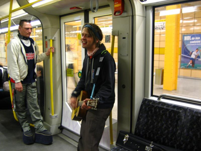 Heiko performs on the U-Bahn 5.