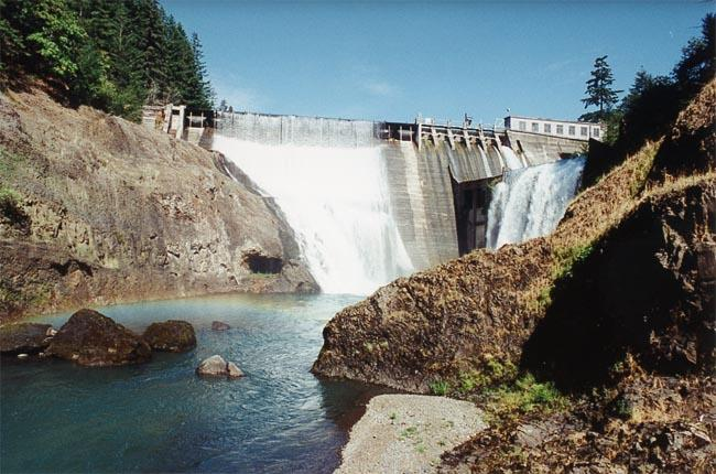 A file photo of Condit Dam before it was breached by explosives.