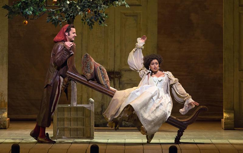 Peter Mattei as Figaro and Pretty Yende as Rosina in Il Barbiere di Siviglia