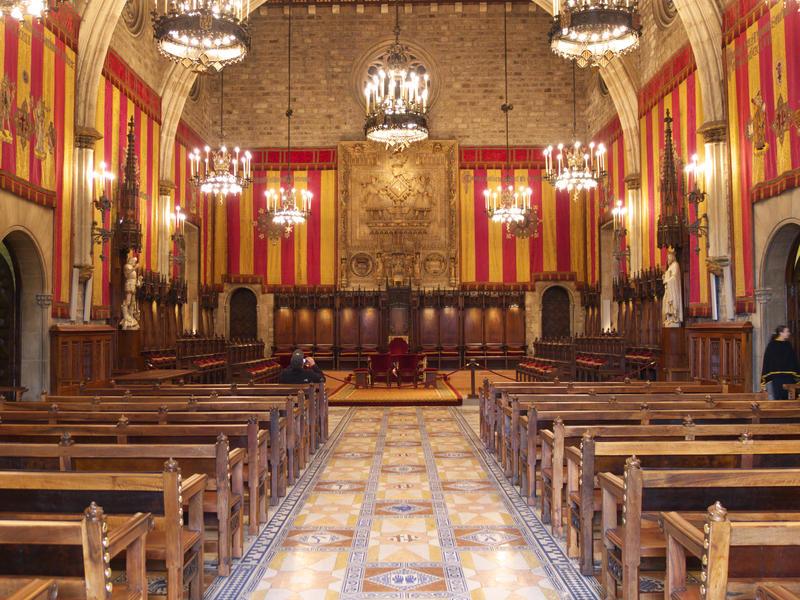 https://commons.wikimedia.org/wiki/File:Sal%C3%B3n_de_Ciento._Ayuntamiento_de_Barcelona.jpg