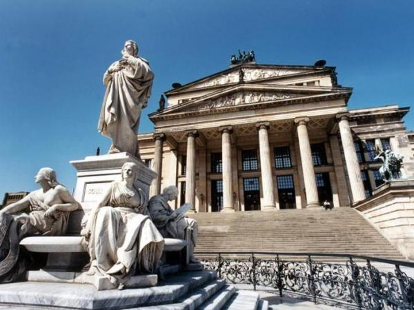 The <em>Konzerthausorchester</em><em> </em>on the Gendarmenmarkt in the East.