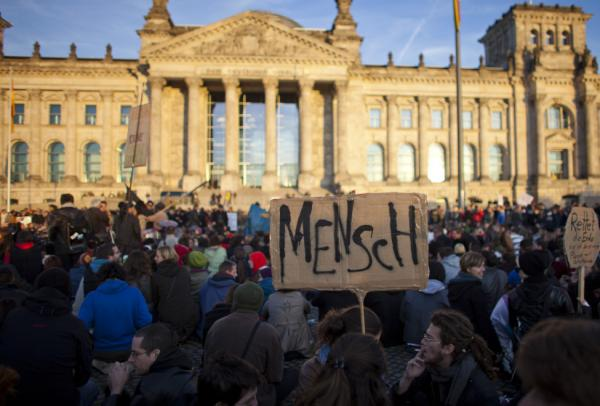 <p>Some 3,000 protesters occupied the Platz der Republik in front of the Reichstag this Saturday as part of the Occupy Wall Street demonstrations. The movement, which began in the US last month to protest corporate greed, has spread worldwide. </p>