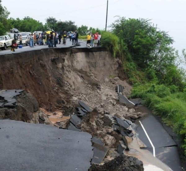 <p>People observe the damage caused by a landslide on the Pan-American highway 55 Km south of Tegucigalpa.</p>
