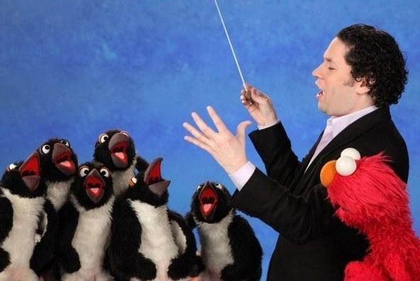 Gustavo en 'Sésamo' con Elmo.