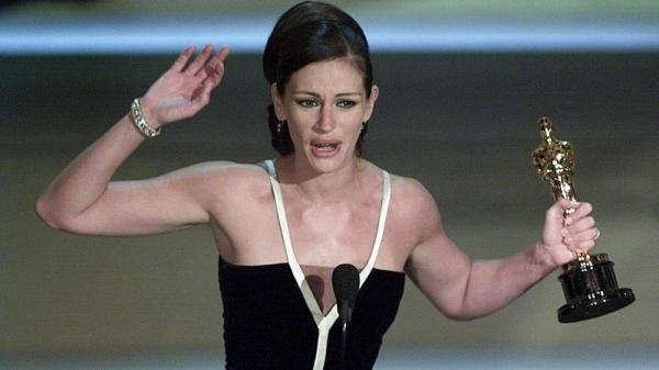Actress Julia Roberts holds her Oscar for Best Actress for her role in <em>Erin Brokovich</em> at the 73rd Annual Academy Awards on March 25, 2001.