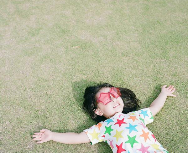 Kanna Nagano lies on the ground, looking very starry-eyed.