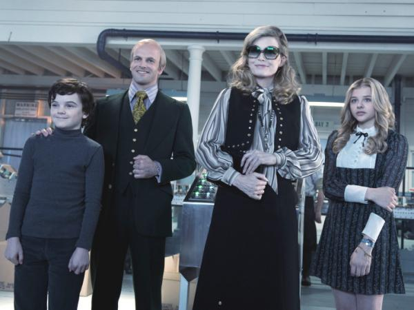 Despite the generational gap between Barnabas and the family Collins of the 1970s, he takes to his descendants well, and David (Gully McGrath), Roger (Jonny Lee Miller), Elizabeth (Michelle Pfeiffer), and Carolyn (Chloe Grace Moretz) more or less accept him.