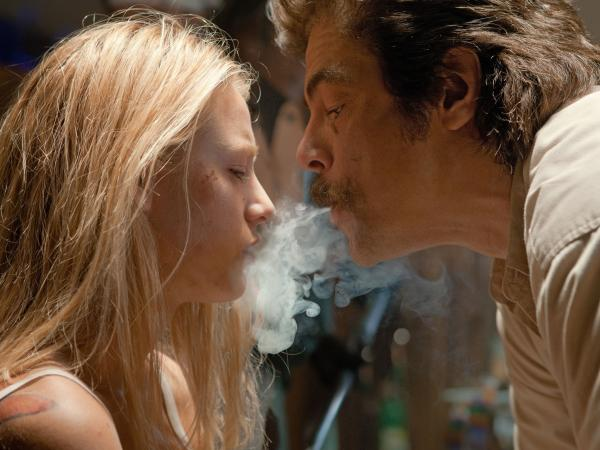O (Blake Lively), Ben's and Chon's girlfriend, has a not-so-friendly chat with Lado (Benicio Del Toro), an enforcer for the Tijuana cartel that kidnaps O to ensure a drug deal goes through.