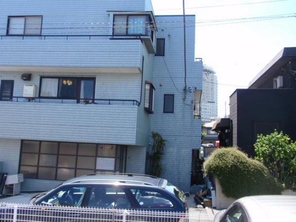 Soil liquefaction tilted many houses like this one in Urayasu, Japan. Photo by Tom Banse