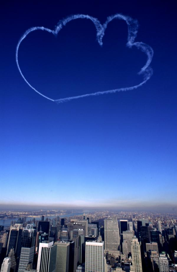 <em>Clouds</em> by Vik Muniz, skywriting over New York City