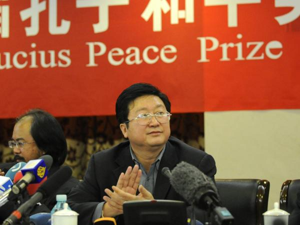 Tan Changliu, the chairman of the Confucius Peace Prize awards committee, applauds during the 2010 Confucius Peace Prize award ceremony.