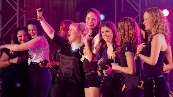 The Bellas, an all-female a cappella group, battle the boys to sing their way to the top in <em>Pitch Perfect</em>.