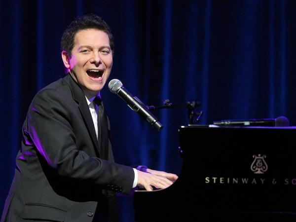 He'd better start looking to his left: Singer and pianist Michael Feinstein, who has never conducted an orchestra, is the new principal conductor of the Pasadena Pops.