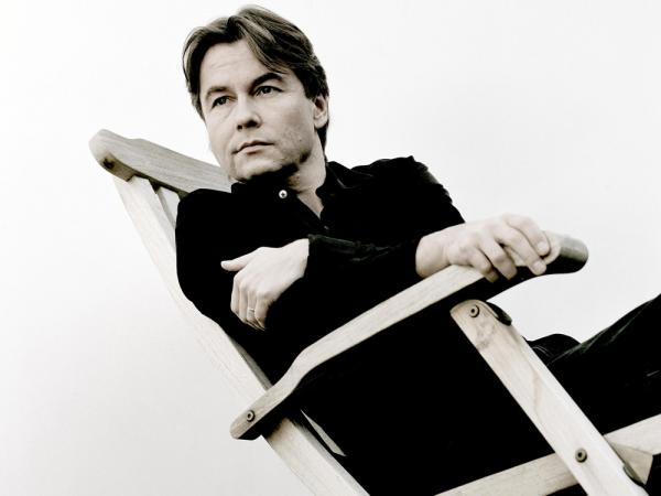 Composer-conductor Esa-Pekka Salonen's award-winning Violin Concerto receives its debut recording.