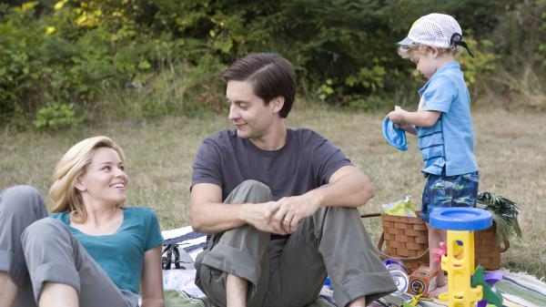 Nealy and Jeff Lang (Elizabeth Banks and Tobey Maguire) struggle with infidelity, secrets, guilt and a raccoon problem in<em> The Details</em>.