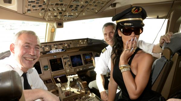Also this week Rihanna began her 7 countries, 7 days, 7 shows tour. You may have heard about it, #rihannaplane. Here she is in the cockpit before the first flight.