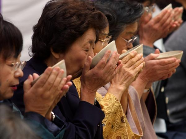 Japanese women drink green tea during an outdoor tea ceremony in Kobe, Japan. Making the brew a daily habit may be protective against stroke.