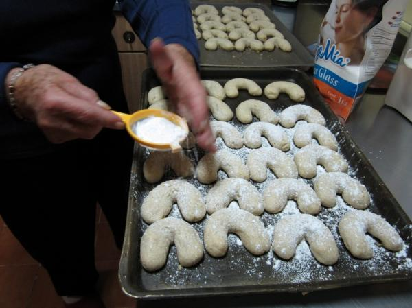 Dora Schmidt prepares a batch of <em>Cuernito</em> butter walnut cookies.