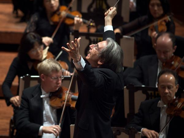 Michael Tilson Thomas conducts the San Francisco Symphony.