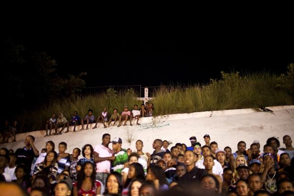 A crowd watches Batalha do Passinho, a dance competition. While some <em>batalhas</em> are large sponsored events, others break out at informal dance parties.
