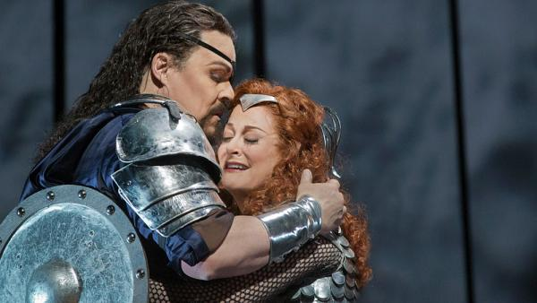 Mark Delevan as Wotan and Deborah Voigt as his daughter Brunnhilde in Wagner's <em>Die Walküre</em>.