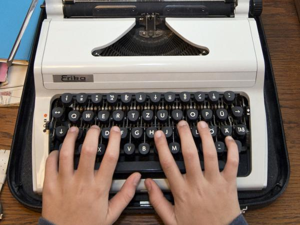 A Russian state service in charge of safeguarding Kremlin communications is reportedly looking to purchase an array of old-fashioned typewriters to prevent leaks from computer hardware.