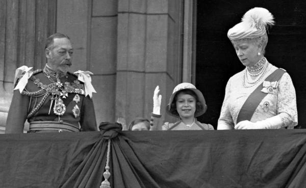 0724_Britain's Queen Elizabeth II, then Princess Elizabeth, center, waves as she stands on the balcony of Buckingham Palace, London, with her grandparents King George V and Queen Mary, in this May 6, 1935 photo. Princess Margaret is just visible over the balcony edge. (AP)
