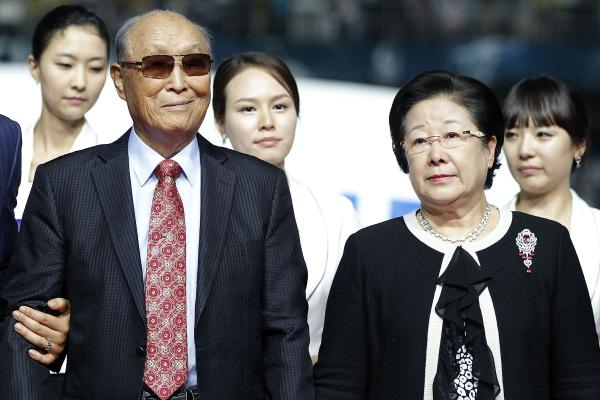 Rev. Sun Myung Moon, founder of the Unification Church, and his wife, Han Hak Ja, attend the ceremony after the Peace Cup final match between Hamburger SV and Seongnam Ilhwa Chunma at Suwon World Cup Stadium on July 22 in Suwon, South Korea.