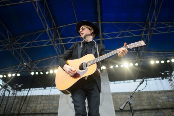 "Beck digs into his acoustic catalog with songs from <em>Sea Change</em> and <em>Modern Guilt</em>, but also introduces ""Loser"" as a ""folk song from the '90s."""