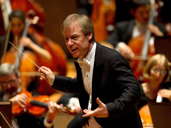 David Robertson, a passionate champion of new music, conducts the St. Louis Symphony Orchestra on tour in Berlin.