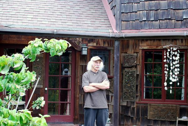 Lloyd Kahn at his home in Bolinas, Calif. He built his home from reclaimed materials. (Nicolás Boullosa/Flickr)
