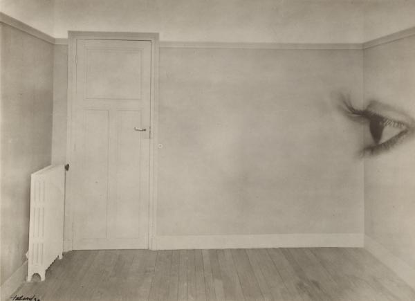 <em>Room with eye</em>, 1930 (Maurice Tabard)<strong><br /></strong>