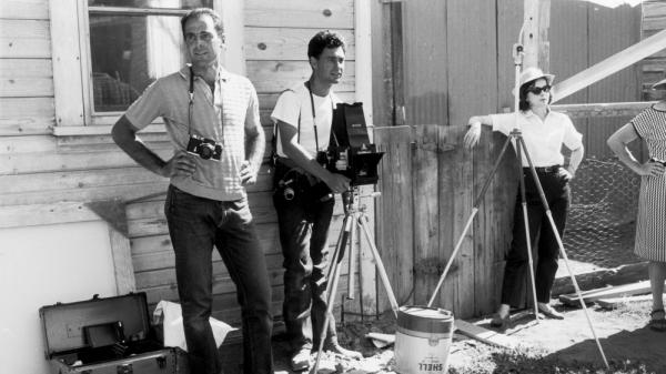 Magnum photographer Elliott Erwitt (center) and his colleagues during the filming of <em>The Misfits</em> on location in Nevada, 1960.