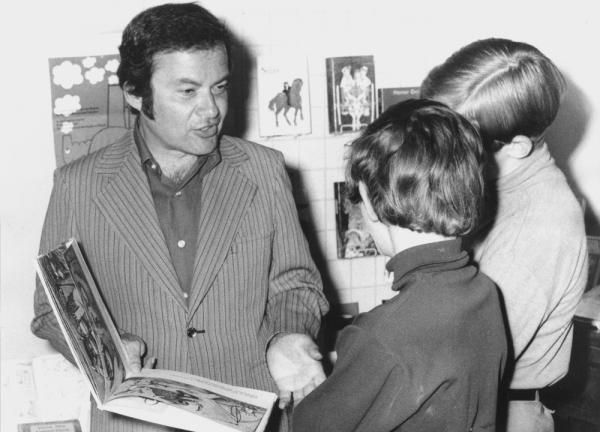 Sendak talks with children about his book <em>Where the Wild Things Are</em> at the International Youth Library in Munich in June 1971.