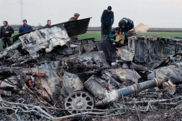 Yugoslav army experts check the wreckage of a downed American F-117 aircraft in the village of Budjanovci on March 28, 1999. Some experts say technology in China's J-20 fighter may have come from this F-117.