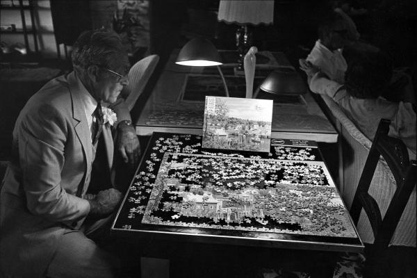 Man with jigsaw puzzle in Jacaranda Hotel, Avon Park, Fla., 1985
